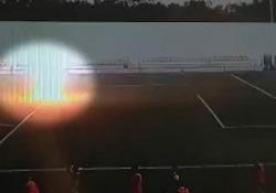 Russia: il giovane calciatore colpito da un fulmine in mezzo al campo Il calciatore di 16 anni è stato colpito mentre stava per calciare la palla in rete - CorriereTV