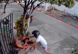 Tentano di rubarle il cellulare ma la signora scaccia così i ladri La donna è stata sorpresa dai ladri mentre era seduta davanti a casa sua in Colombia - CorriereTV