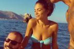 Elodie e Marracash in vacanza a Taormina, in barca con loro anche lo stilista Fausto Puglisi