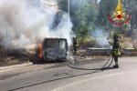 Furgone va a fuoco a Taormina e le fiamme avvolgono la vegetazione, incendio domato