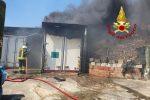 Marcellinara, grosso incendio di arbusti: coinvolti 4 container e un'auto