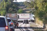 Mezzo pesante si ribalta a Vibo, conducente rimane illeso: traffico bloccato
