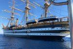 L'Amerigo Vespucci in transito lungo il litorale crotonese