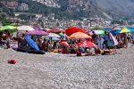 Assembramenti e spiagge stracolme: le foto da Taormina, Roccalumera e Furci Siculo