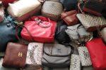 Abusivismo commerciale a Reggio, sequestrate 150 borse contraffatte a Botteghelle