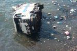 Camion dei rifiuti finisce in mare a Lipari, ferito l'autista