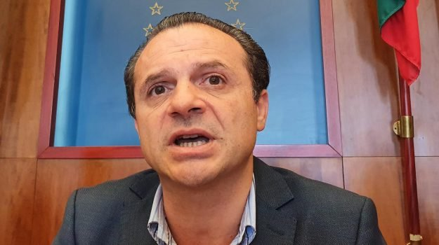 rifiuti, Cateno De Luca, Nello Musumeci, Messina, Sicilia, Politica