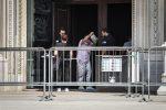 Paura al Duomo di Milano, 26enne sequestra un vigilante e gli punta un coltello alla gola: arrestato
