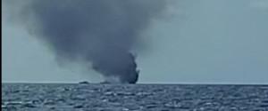 A fuoco barca con migranti al largo di Le Castella: 3 vittime e due dispersi