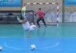 Futsal, le rovesciate acrobatiche del campione iraniano Nel calcio la rovesciata è uno dei gesti tecnici più imprevedibili. Nel futsal è ancora più spettacolare - Dalla Rete