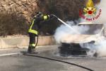 Auto va in fiamme a Sersale, paura per una famiglia di turisti