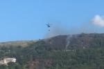 Allarme incendi in Calabria, le fiamme devastano il costone a Vibo Marina