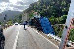 Camion si ribalta tra Capo d'Orlando e Brolo e finisce nella scarpata
