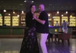 John Travolta balla con la figlia Ella per ricordare la moglie scomparsa L'attore sui social per la prima volta dopo la morte di Kelly Preston: «Balliamo in ricordo della mamma» - Corriere Tv