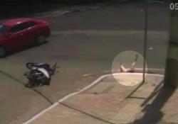 Motociclista centrata da un'auto finisce nel tombino Brutta avventura per una ragazza a bordo di una moto investita ad un incrocio in Brasile - CorriereTV