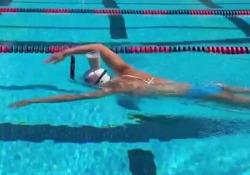 Nuota con un bicchiere di caffelatte in testa: l'impresa di Katie Ladecky L'ex nuotatrice olimpica della nazionale americana Katie Ladecky ha mostrato come nuotare portando un bicchiere in testa - CorriereTV