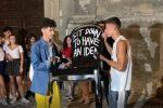 """Tropea, la """"poltrona delle idee"""" di Andrea Bianconi arriva in piazza Cannone: il video"""
