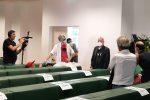 Rifiuti, attivista protesta a Catanzaro durante la conferenza stampa dell'assessore De Caprio