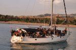 Nuovo sbarco di migranti, barca a vela si incaglia tra Torretta di Crucoli e Cirò