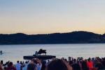 Stefano Bollani, il video del bellissimo concerto galleggiante sul lago di Campotosto