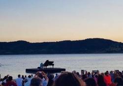 Stefano Bollani, il video del bellissimo concerto galleggiante sul lago di Campotosto Lo spettacolo in Abruzzo per ricordare le terre colpite dal terremoto del 2016 e sollecitare la ricostruzione - Corriere Tv