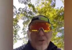 Vasco Rossi, biciclettata con invettiva contro i negazionisti del Covid Il rocker mostra poi i fan che lo aspettano nella sua casa di Zocca e fa notare che tutti hanno la mascherina - Corriere Tv