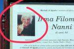 Sul manifesto funebre col dito medio alzato, virale sul web la foto di una 84enne