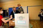 Referendum, nonna Luisa al seggio per votare alla soglia dei 109 anni