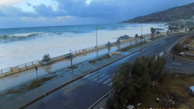 """Il maltempo flagella la costa tirrenica cosentina, spiagge """"spazzate via"""" dalle onde"""
