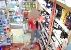 Cliente non vuole seguire il percorso differenziato in negozio e dà di matto La scena catturata in un minimarket nel Regno Unito - CorriereTV