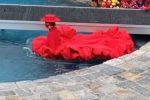 Coco Rocha entra in piscina e rimane bloccata, l'incidente alla sfilata di Siriano