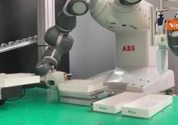 Coronavirus, ecco il robot YuMi del Politecnico di Milano per velocizzare la risposta dei test Ottimizzato per analizzare i sierologici e supportare i laboratori - Agenzia Vista/Alexander Jakhnagiev