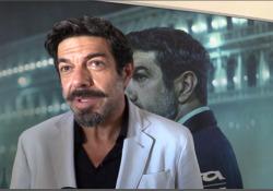 Favino: «L'Oscar? La mia ambizione è sparire nel mio personaggio» L'attore a Venezia 77 (in gara con Padrenostro) anche con un corto che omaggia il cinema e Venezia - Corriere TV