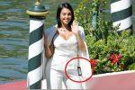 Georgina a Venezia dimentica l'etichetta attaccata alla giacca: la gaffe fa il giro del web