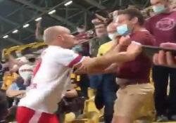 Germania, il giocatore sale in tribuna e aggredisce un tifoso Nervi a dir poco tesi in Coppa di Germania: Toni Leistner ha perso la testa e aggredito un tifoso che lo stava insultando - Dalla Rete