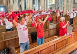 Germania, stadio chiuso: i tifosi del Colonia in duomo Le misure anti Covid non permettono di entrare allo stadio - Dalla Rete