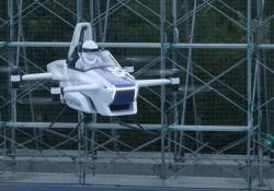 Giappone, decolla l'auto volante: il volo di 3 minuti con il pilota a bordo La Sd-03 è il più piccolo veicolo al mondo in grado di decollare e atterrare. Prevista la messa in commercio per il 2023 - Corriere Tv