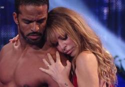 Il debutto di Alessandra Mussolini con Maykel Fonts in una bachata sensual La coppia si è esibita a «Ballando con le stelle» sulle note di «Acqua e sale» - Corriere Tv