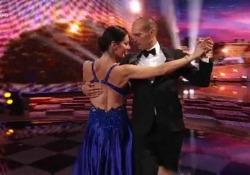 Il tango di Allegri, ballerino per una notte: «La giuria? Che iene» Ospite a «Ballando con le stelle» su Rai Uno, l'ex allenatore della Juventus si è esibito con Roberta Beccarini - Corriere Tv