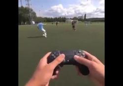La realtà diventa un videogioco: il gol è «telecomandato» La simulazione del freestyler Martijn Debbaut - Dalla Rete