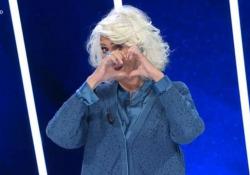 """Loretta Goggi, lacrime in tv a «Tale e Quale show»: si commuove quando vede le immagini del marito Gianni Brezza Carlo Conti omaggia la cantante e giudice del talent con una torta con scritto """"Chapeau"""" - Ansa"""