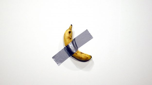 """""""Comedia"""" la banana al muro di Maurizio Cattelan"""