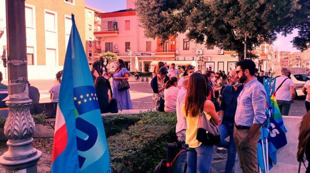"""Vertenza call center a Crotone, manifestazione dei lavoratori della commessa """"Roma Capitale"""""""
