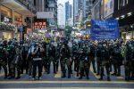 Hong Kong, 12enne immobilizzata e arrestata in una manifestazione: bufera su polizia