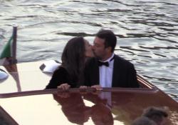 Salvini in smoking sbarca a Venezia, il bacio con Francesca Verdini Il leader della Lega al Lido per assistere alla proiezione del film Padrenostro: «Auguri a Berlusconi. Non ho fatto il tampone» - Corriere TV