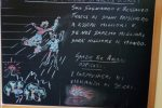 Acri, gli auguri dei carabinieri in servizio ai seggi agli studenti con un messaggio sulla lavagna