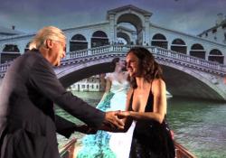 Sgarbi a Venezia (senza mascherina) bacia e stringe mani, Sara Serraiocco va via arrabbiata Fuoriprogramma alla consegna del premio Kinéo tra il critico d'arte e l'attrice abruzzese - Corriere TV
