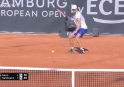 Tennis, il colpo sotto le gambe di Hanfmann La giocata di Yannick Hanfmann agli Open di Amburgo contro il 24enne Cristian Garin - Dalla Rete
