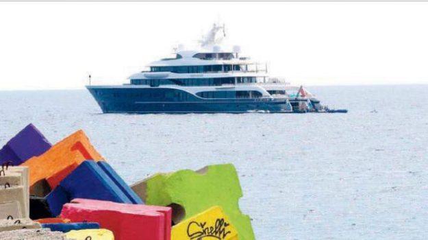 yacht, Bernard Arnault, Catanzaro, Calabria, Società