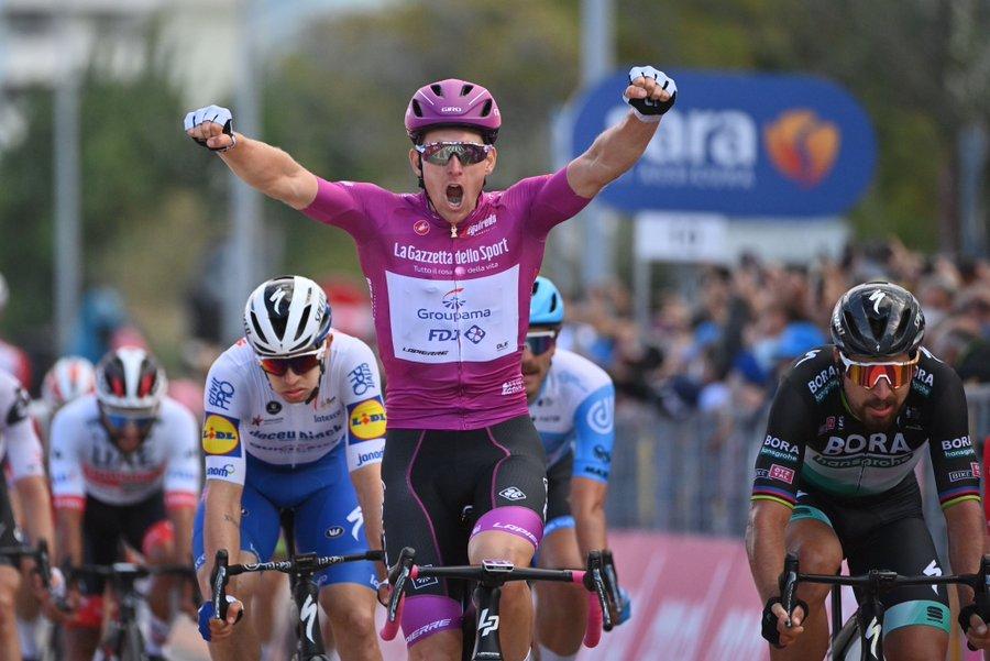 Giro D Italia A Rimini Ancora Una Volata Trionfale Di Demare Gazzetta Del Sud